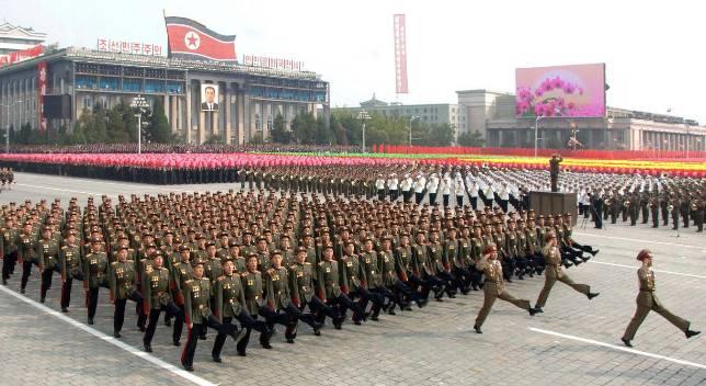 Militares desfilan en la plaza Kim Il Sung, en Pyongyang.